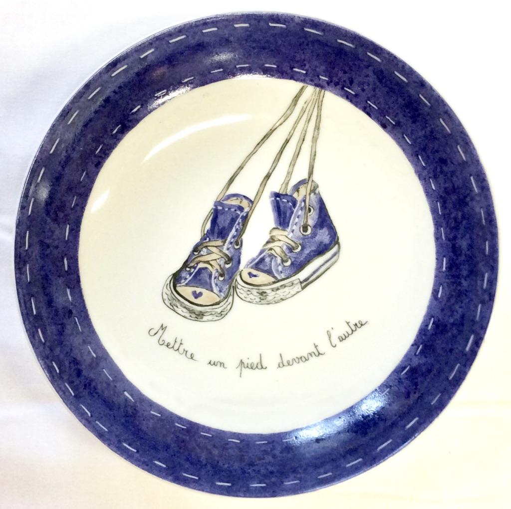 Peinture Sur Porcelaine Assiette assiette enfant peinte à la main-baskets bleues