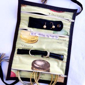 Trousse à bijoux cuir marron, intérieur vert anis / macarons