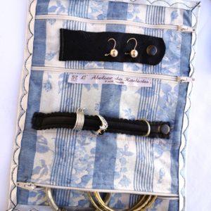 trousse à bijoux cuir argenté, intérieur blanc rayé bleu, fleuri