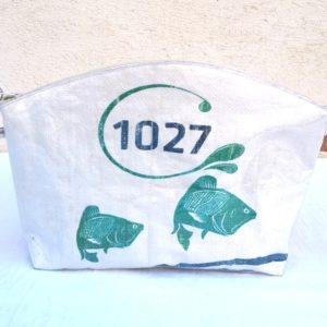 trousse de toilette blanche ,poissons 1027, sac de marchandise